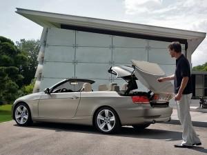 H BMW επιμένει στην χρήση μεταλλικής οροφής και την υιοθετεί από την σειρά 3 μέχρι και τη νέα Ζ4. Αντίθετα, η Audi παραμένει πιστή στις μαλακές οροφές με πρόσφατο παράδειγμα το Audi A5 Cabriolet