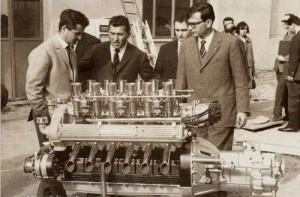 O Ferruzzio Lamborghini καμαρώνει εμπρός από τον V12 των 3,5 λίτρων (1964)
