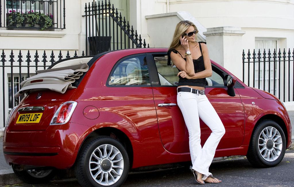 Photo of H Elle Macpherson ερωτεύεται το Fiat 500C