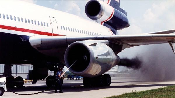Θα ήταν αδικία για την αυτοκίνηση αν δεν μιλούσαμε για τους χιλιάδες τόνους ρύπων που απελευθερώνουν στην ατμόσφαιρα τα αεροσκάφη. Χονδρικά σε κάθε επιβάτη που βγάζει εισιτήριο για Αθήνα-Λονδίνο-Αθήνα αντιστοιχούν περίπου 600 κιλά CO2...