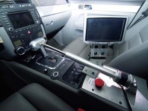 Η υπολογιστική μονάδα που βρίσκεται στο πορτμπαγκάζ καθορίζει την οδική συμπεριφορά του Stanley. Ένας ρομποτικός βραχίονας μετακινεί τον επιλογέα ταχυτήτων π.χ. για να «κουμπώσει» η όπισθεν. Τα πεντάλ είναι «ελεύθερα» καθώς το σύστημα πέδησης (φρένα) και το σύστημα ψεκασμού (γκάζι) ελέγχονται «καλωδιακά» από το δίκτυο του αυτοκινήτου (CAN-bus) και από τον εγκέφαλο του κινητήρα (ECU).
