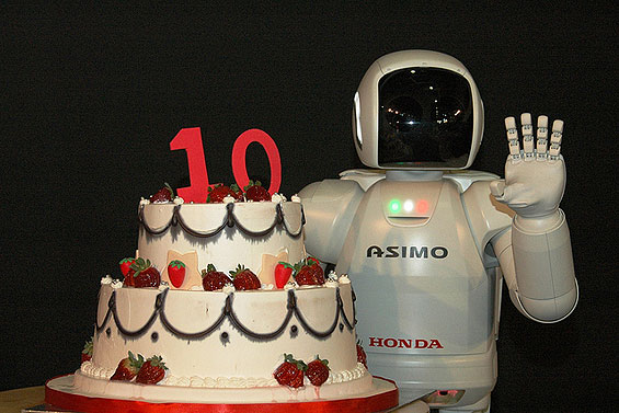 Photo of Ο ASIMO, το Ανθρωποειδές Ρομπότ της Honda, Γιορτάζει την Επέτειο των 10 Χρόνων του