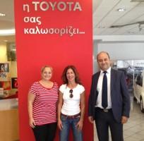 Απονομή δώρου σε νικητή του διαγωνισμού Toyota Lucky Service από τον Εξουσιοδοτημένο Εμπορο της Τoyota, Γ. ΦΛΑΜΙΑΤΟΣ ΑΕ στην περιοχή Ζωγράφου (Αθήνα)