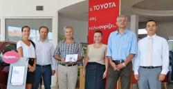Απονομή δώρου σε νικητή του διαγωνισμού Toyota Lucky Service από τον Εξουσιοδοτημένο Εμπορο της Toyota, ΑΘΑΝΑΣΙΟΣ ΠΟΔΑΣ ΑΕΕ στην Βέροια.