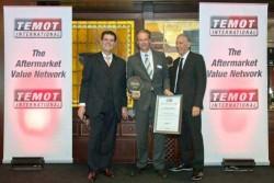 Μια επιτυχημένη συνεργασία – η Schaeffler Automotive Aftermarket τιμήθηκε από την Temot International με το βραβείο «Supplier of 20 Years Cooperation». Από αριστερά: Φώτης Κατσαρδής, CEO και Πρόεδρος της Temot International, Michael Söding, Πρόεδρος της Schaeffler Automotive Aftermarket, Uri Winkler, Πρόεδρος του Διοικητικού Συμβουλίου της Temot International, Πρόεδρος της Autoworks, Τελ Αβίβ.