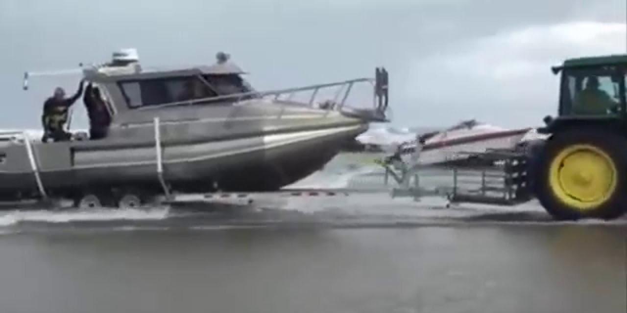 Photo of Τρακτέρ βγάζει σκάφος από την θάλασσα [vid]