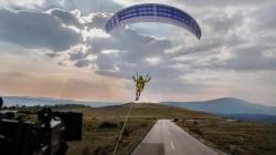 volvo-paraglider-stunt (2)