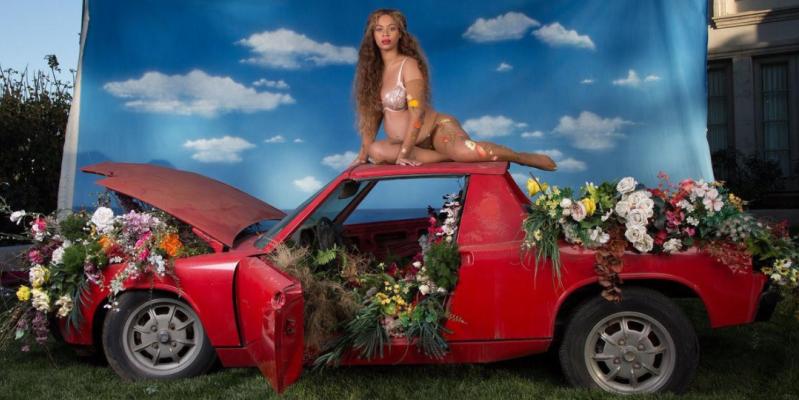 Photo of H εγκυμονούσα Beyoncé πόζαρε πάνω σε μια Porsche 914