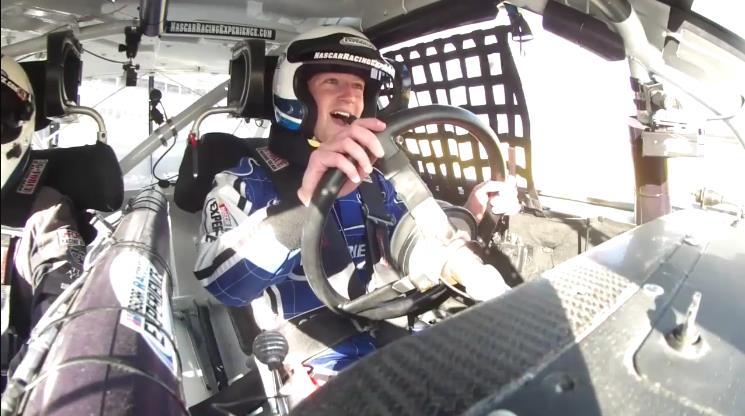 Photo of Ο Mark Zuckerberg, ο Mr. Facebook στο τιμόνι ενός αγωνιστικού Nascar [vid]