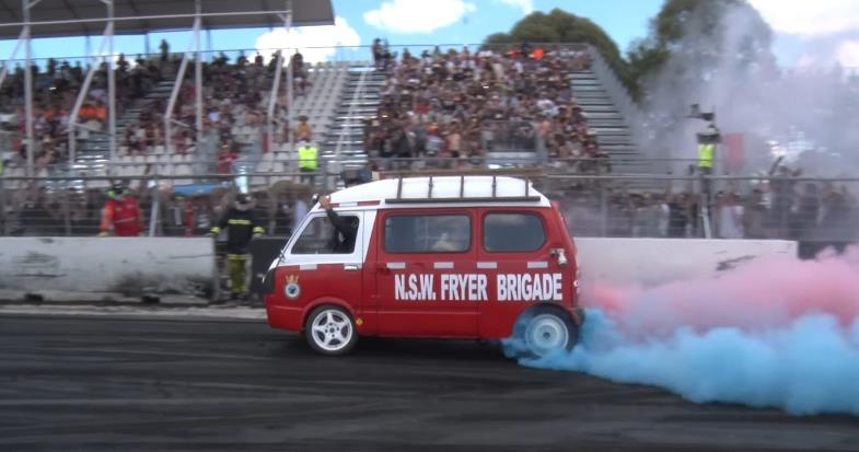 Photo of Ένα τέλειο burn-out από ένα Subaru Mini Van [vid]