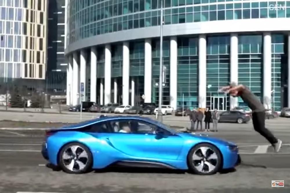 Photo of Πηδώντας πάνω από μία BMW i8 που τρέχει με 100! [vid]