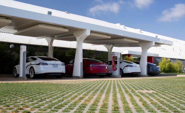 Αυτή τη στιγμή, το δίκτυο φόρτισης για ηλεκτρικά αυτοκίνητα στην Ελλάδα είναι τόσο εκτεταμένο που κινδυνεύεις να μείνεις με το φορτιστή στο χέρι