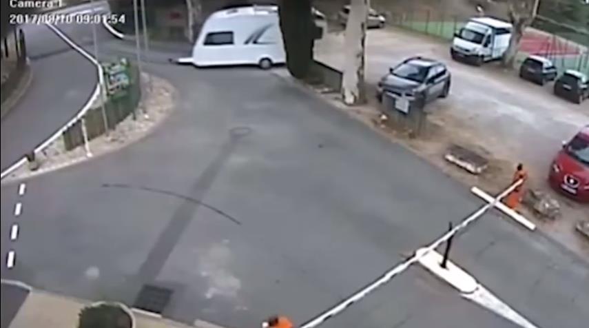 Photo of Τροχόσπιτο παρκάρει από μόνο του [vid]