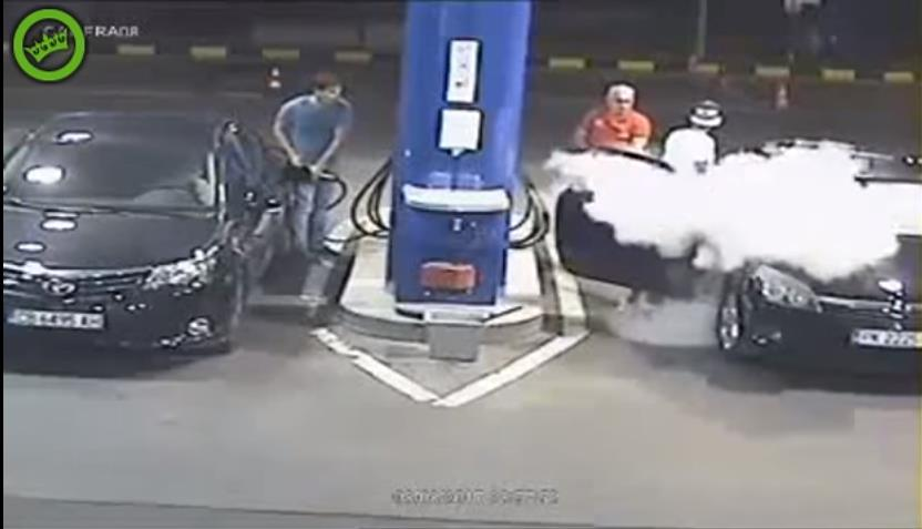 Photo of Γιατί πρέπει να σβήνει κανείς το τσιγάρο του στο βενζινάδικο; [vid]