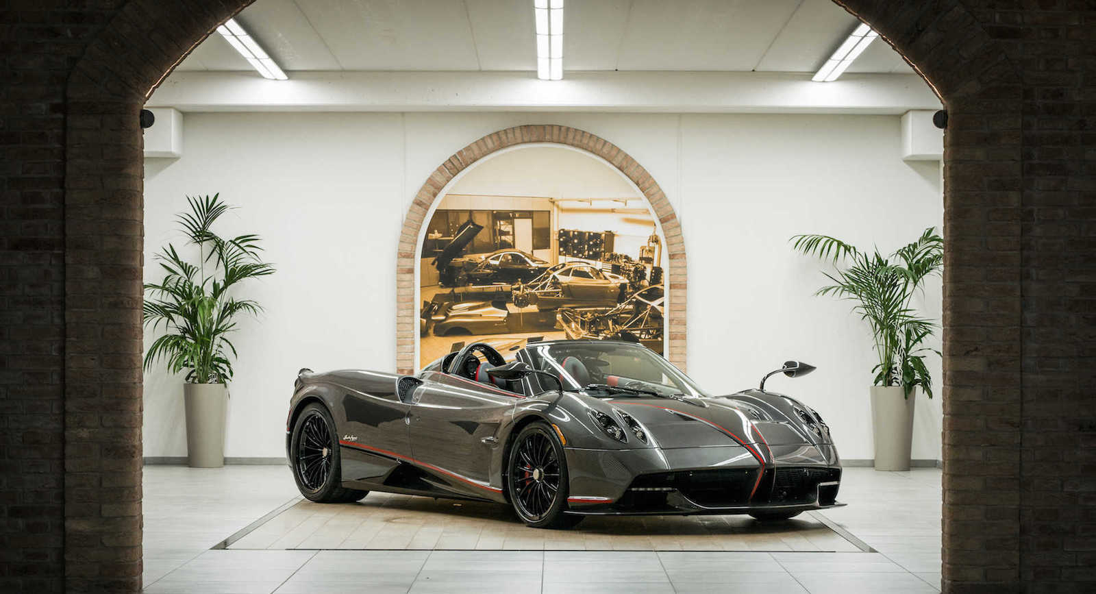 Photo of Σπέσιαλ οροφή για από την Dainese για την Pagani Huayra Roadster