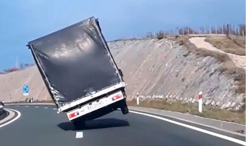 Photo of Ισχυρός αέρας σηκώνει φορτηγό στους δύο τροχούς! [vid]