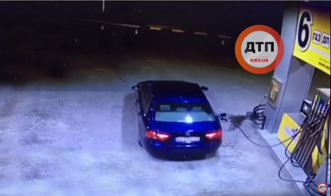 Photo of Τι γίνεται όταν ξεχάσει κανείς την μάνικα πάνω στο αυτοκίνητο; [vid]