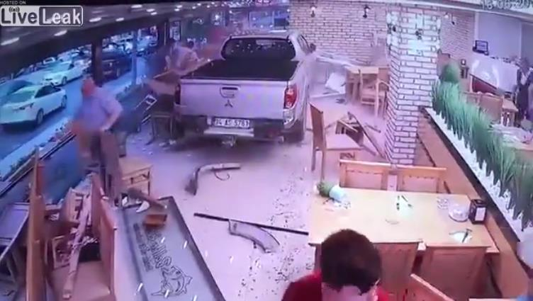 Photo of Σοκαριστικό δυστύχημα σε ταβέρνα της Τουρκίας [vid]
