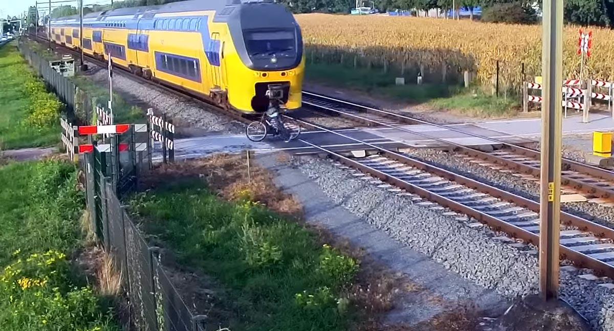 Photo of Απίστευτο βίντεο! Ποδηλάτης γλυτώνει παρά τρίχα από τρένο [vid]