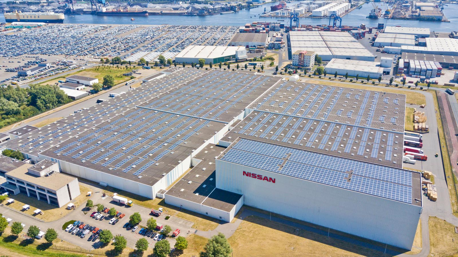Photo of Η Nissan  θέτει σε λειτουργία μεγαλύτερη οροφή με συλλέκτες ηλιακής ενέργειας στην Ολλανδία.