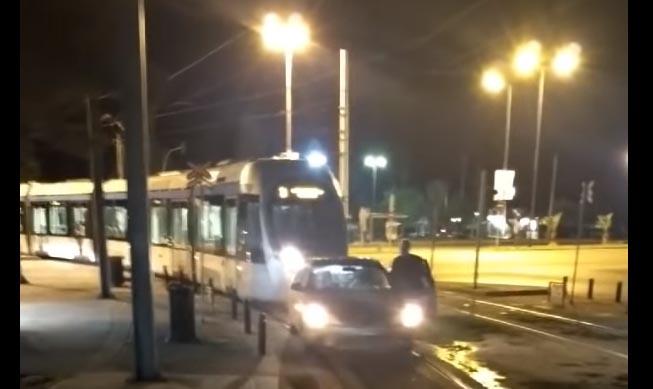 Photo of Απίστευτος τύπος παρατά το αυτοκίνητο πάνω στις γραμμές του τραμ [vid]