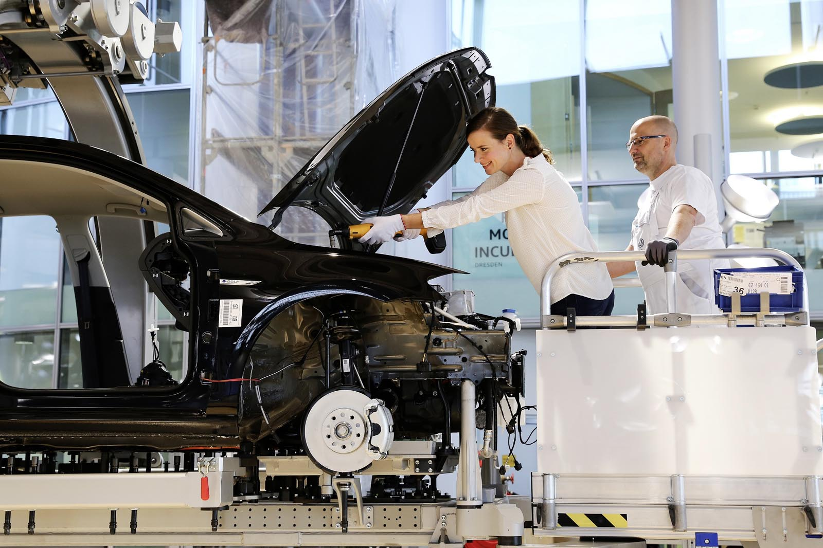 Photo of Οι πελάτες Volkswagen συναρμολογούν το δικό τους e-Golf στη Δρέσδη