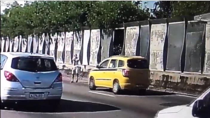 Photo of Μία ακόμη απίστευτη ληστεία αυτοκινήτου στην Βραζιλία [vid]