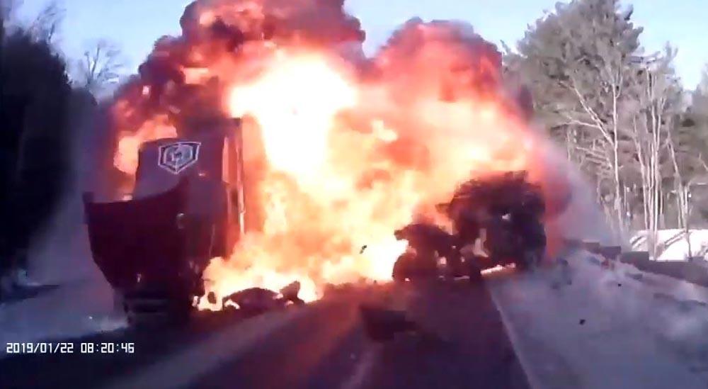 Photo of Τρομερή μετωπική τζιπ με φορτηγό [vid]