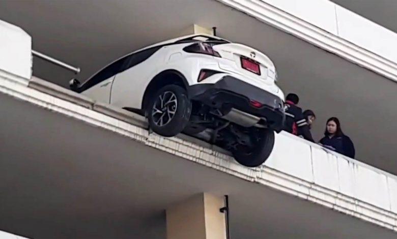 Photo of Πήγε να κάνει όπισθεν και παραλίγο να πέσει από τον… 5ο όροφο [vid]
