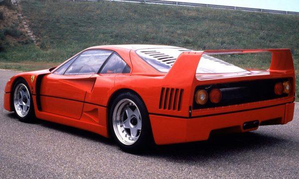 Η πανέμορφη F40 έγραψε ένα λαμπρό κεφάλαιο στην ιστορία της αυτοκίνησης. Κεντρομήχανη με twin-turbo V8 στα 2.936 κυβικά και ισχύ στα 478 άλογα.