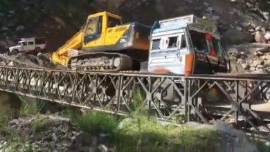 Photo of Δείτε ένα υπέρβαρο φορτηγό με εκσκαφέα να πέφτει από μία γέφυρα [vid]